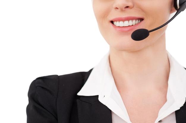 Operator płci żeńskiej. przycięty obraz pewnego siebie dojrzałego przedstawiciela obsługi klienta w zestawie słuchawkowym uśmiechającego się na białym tle