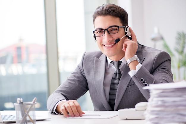Operator pomocy technicznej rozmawia przez telefon w biurze