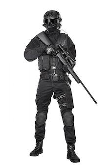 Operator swat z karabinem snajperskim