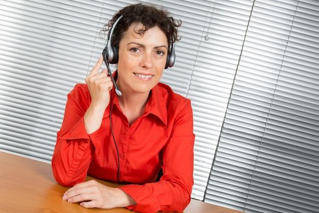 Operatorka obsługi klienta, wsparcie działu pomocy technicznej, czerwona koszula.