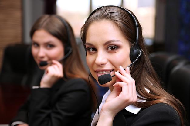 Operatorzy call center w pracy
