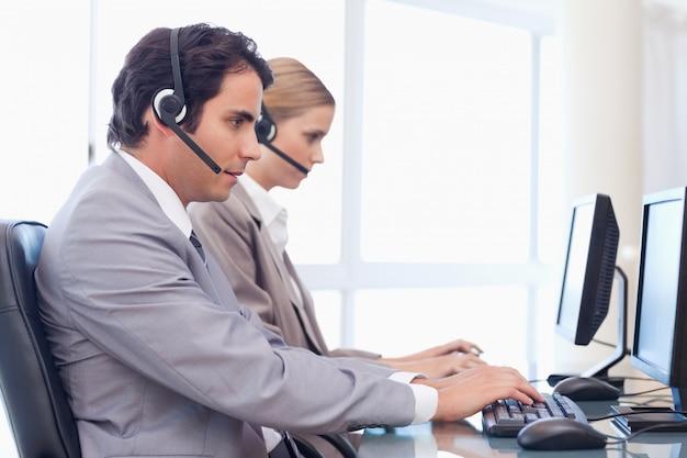 Operatorzy korzystający z komputera