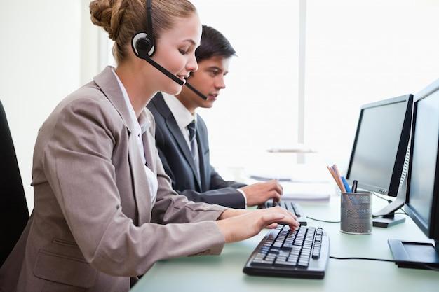 Operatorzy pracujący z komputerami