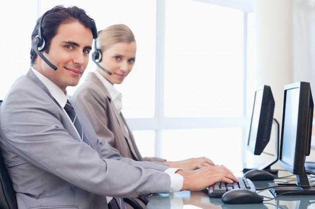 Operatorzy używający monitora