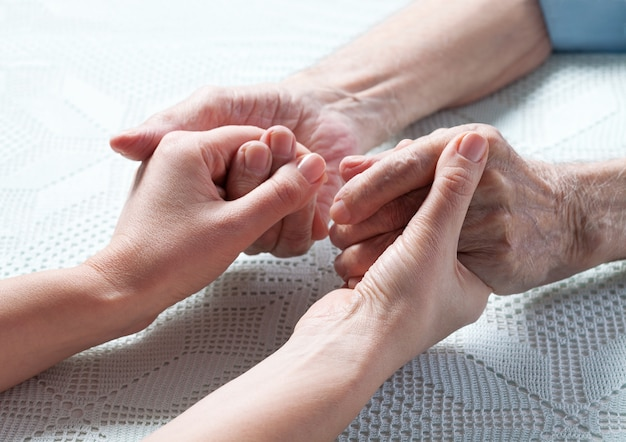 Opieka jest w domu osób starszych.