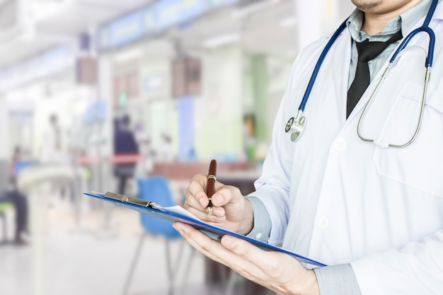 Opieka zdrowotna, lekarz pogotowia pisząc raport o chorobie pacjenta.