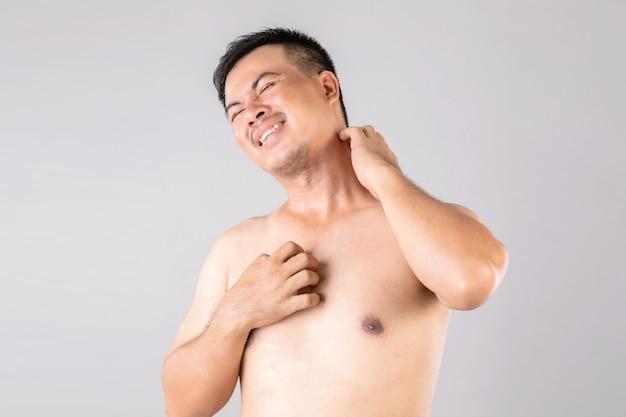 Opieka zdrowotna lub koncepcja swędzenie lub tinea cruris: portret ludzi używających rąk do drapania się po ciele.