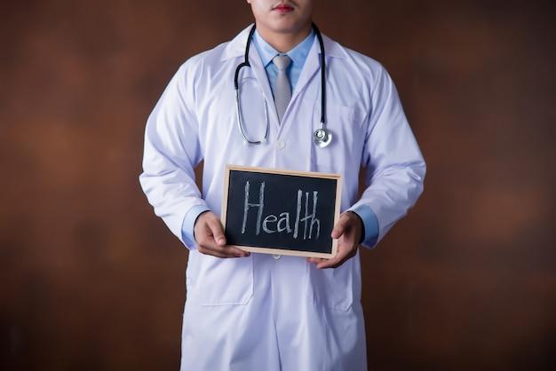 Opieka zdrowotna mężczyzna, profesjonalisty lekarka pracuje w szpitalnym biurze lub klinice