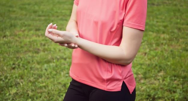 Opieka zdrowotna w medycynie. żeńska ręka sprawdza puls na nadgarstku zbliżeniu.