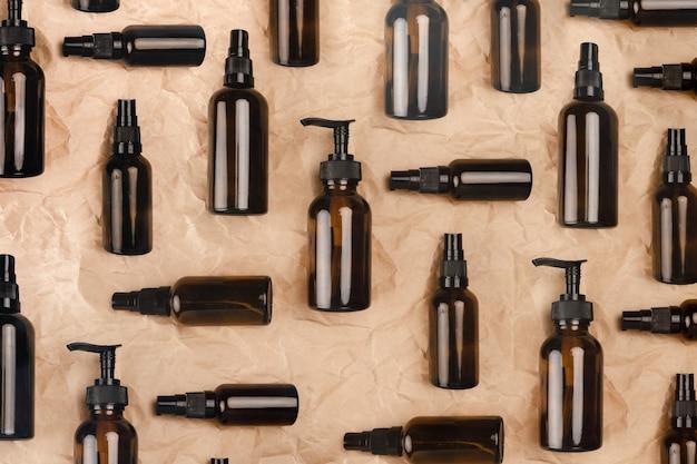 Opieka zdrowotna zero waste. butelki wielokrotnego użytku, bambusowa szczoteczka do zębów i gąbki. górny widok poziomy copyspace.