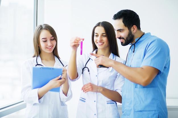Opieka zdrowotna. zespół medyczny pracujący razem w szpitalu.