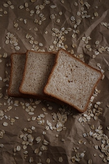 Opiekać chleb na brązowej przestrzeni