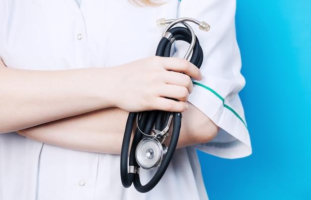 Opieki zdrowotnej i medycznej koncepcja - kobieta lekarz posiadający stetoskop