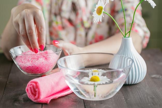 Opieki zdrowotnej spa rzeczy i delikatne wiosenne kwiaty