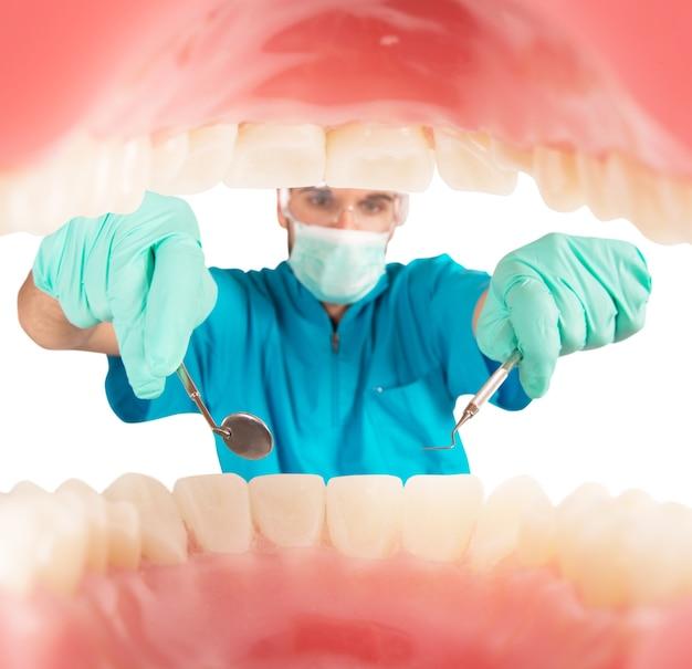 Opiekuje się dentystą