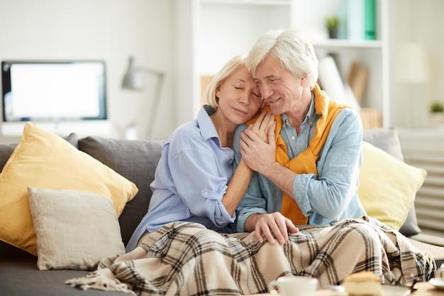 Opiekuńczy starszy para obejmując