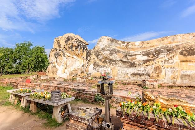 Opierać buddha przy watem lokayasutharam, ayutthaya dziejowy park, ayutthaya, tajlandia.
