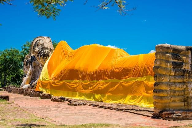 Opierać buddha przy watem lokayasutharam, ayutthaya, tajlandia