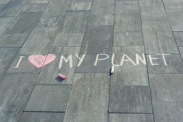 Opierając się na asfalcie - kocham moją planetę