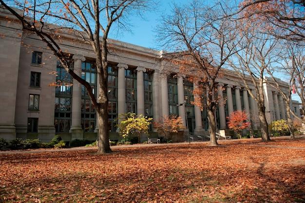 Opierając się na kampusie uniwersytetu harvarda w bostonie, massachusetts, usa