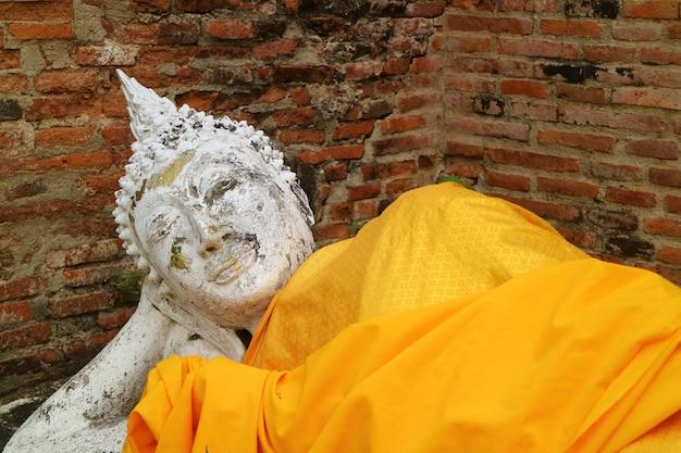 Opierający się wizerunek buddy w świątyni wat yai chai mongkhon w ayutthaya, tajlandia