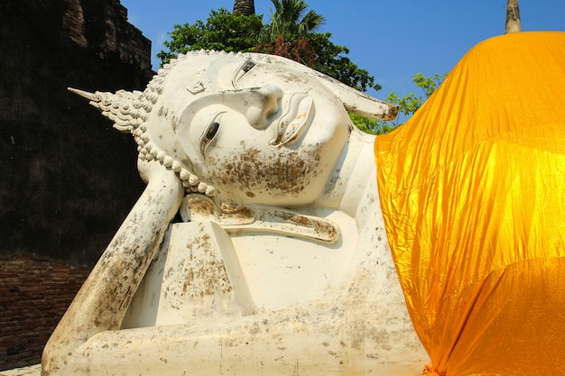 Opierający się wizerunek buddy w wat yai chaimongkol w ayutthaya, tajlandia.