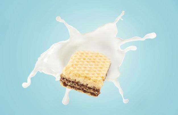 Opłatek z odrobiną mleka na niebieskim tle
