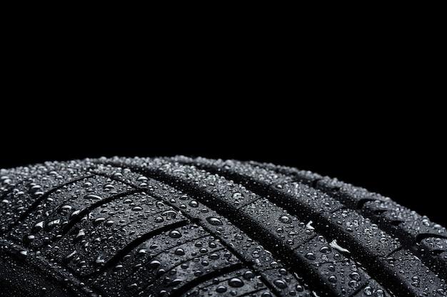 Opona samochodowa pokryta kroplami wody na czarno