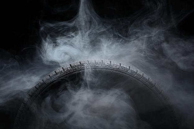 Opona samochodowa pokryta kroplami wody we mgle