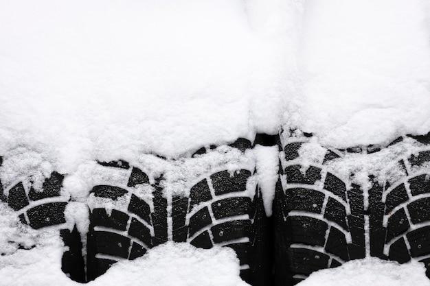 Opony pokryte śniegiem z bliska. zdjęcie wysokiej jakości