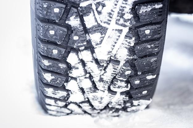 Opony zimowe z kolcami na śniegu