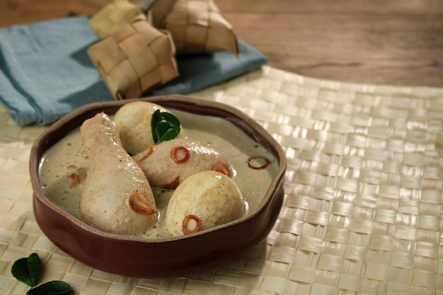 Opor ayam, kurczak gotowany w mleku kokosowym z indonezji, podawany z lontongiem lub ketupatem i sambalem. popularne danie dla lebaran lub eid al-fitr, miejsce kopiowania tekstu lub przepisu