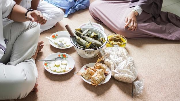 Opor i ketupat indonezyjskie jedzenie dla idul fitri
