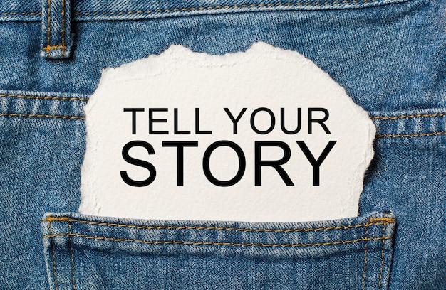 Opowiedz swoją historię na rozdartym tle papieru na koncepcji dżinsów i finansów