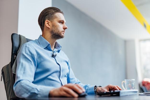 Opracowywanie technologii programowania i kodowania. projekt strony internetowej. programista pracujący w oprogramowaniu rozwija biuro firmy.