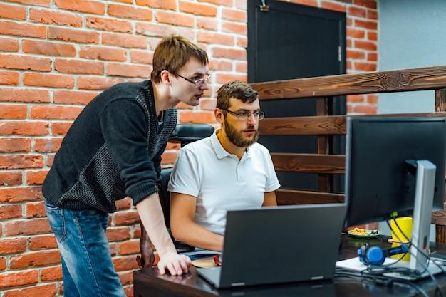 Opracowywanie technologii programowania i kodowania.
