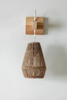Oprawa oświetleniowa z liny jutowej z uchwytem ściennym z drewna