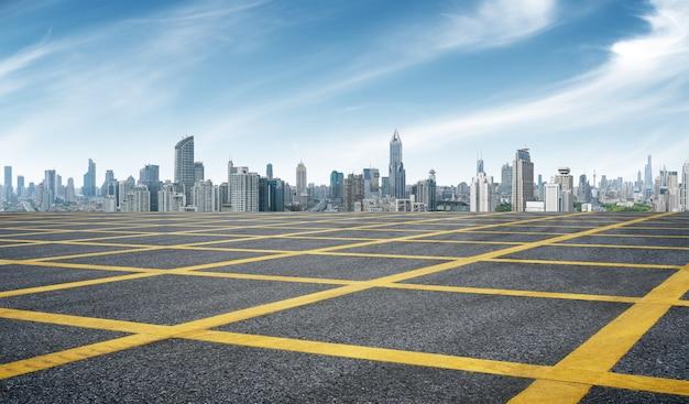 Opróżnia asfaltową drogę z pejzażem miejskim shanghai w niebieskim niebie