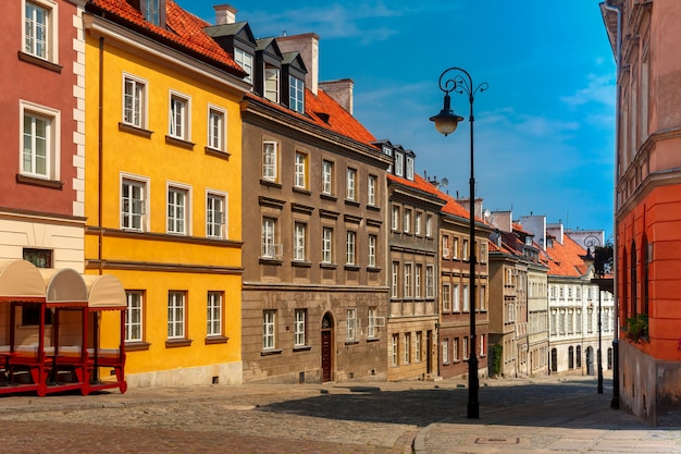 Opróżnia brukowaną ulicę na starym mieście, warszawa, polska