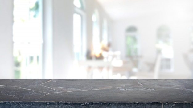 Opróżnia czerń marmuru kamienia stołowego wierzchołek, zamazanego sklep z kawą i restauracyjnego wewnętrznego tło.