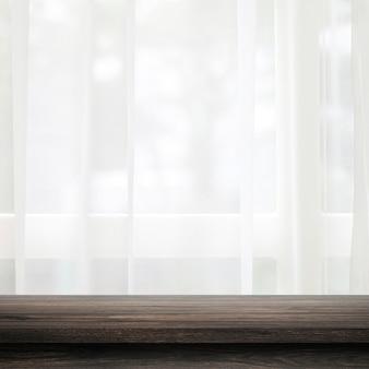 Opróżnia drewniany blat na zasłonie i oknie