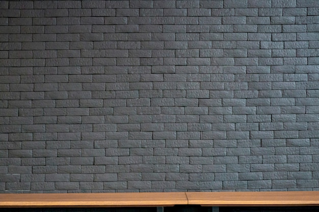 Opróżnia odgórne drewno półki i stary ściana z cegieł tekstury tło.
