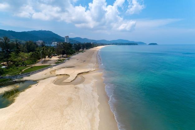 Opróżnia plażę przy karon plażą phuket tajlandia