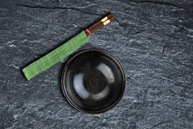 Opróżnia puchar i chopsticks nad tło teksturą