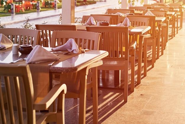 Opróżnia taras plenerowego w zmierzchu. restauracja na zewnątrz