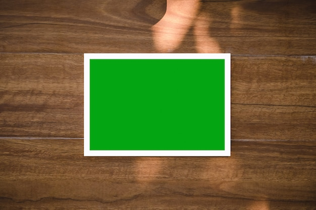 Opróżnia zieleni deskę na drewnianym stole