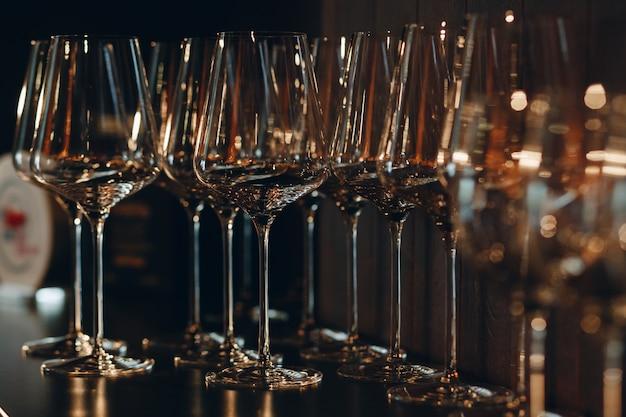 Opróżnij czyste kieliszki do szampana na blacie w barze.