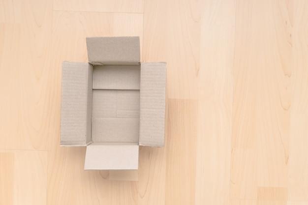 Opróżnij otwarte prostokątne pudełko kartonowe
