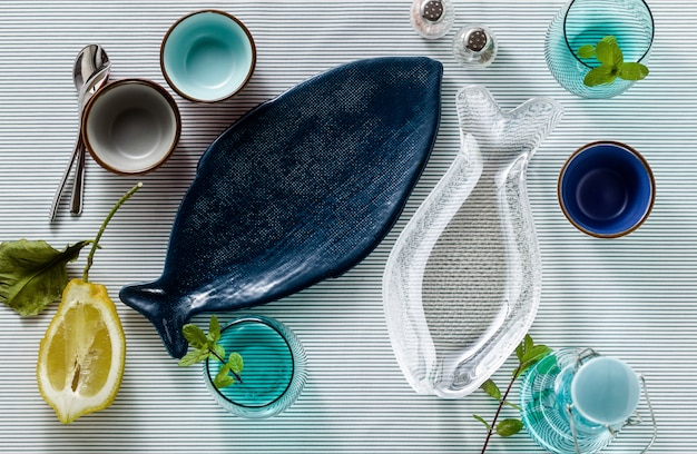 Opróżnij talerze w kształcie ryb na świątecznym stole