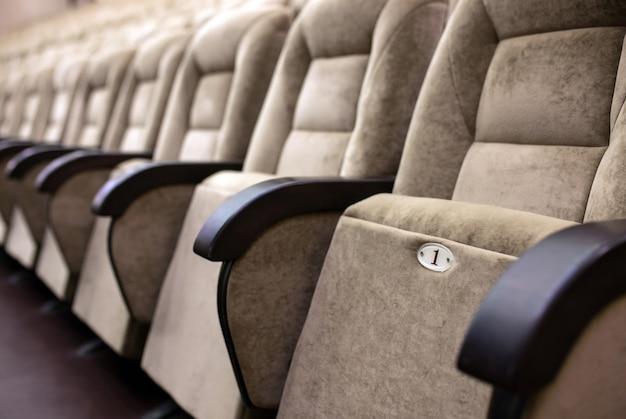 Opróżnij wygodne fotele w teatrze